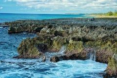 Прибой моря на южном береге Кубы каменистом Стоковые Фотографии RF