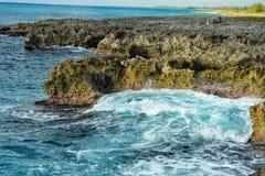 Прибой моря на южном береге Кубы солнечном Стоковые Фотографии RF