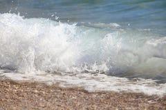 Прибой моря на Pebble Beach Стоковые Изображения