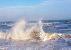 Прибой моря с свирепствуя волнами Сила океана Стоковые Изображения RF