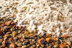 Прибой моря Balti на камешках стоковые фотографии rf