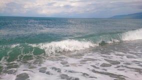 Прибой на пляже в летнем дне стоковое фото rf
