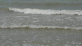 Прибой на пляже, небольшие волны моря акции видеоматериалы