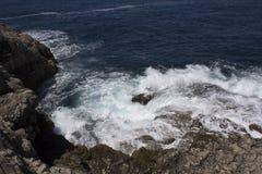 Прибой на побережье Амальфи около Сорренто, Италии Стоковое Изображение RF