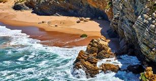Прибой на побережье Атлантическом океане с золотым стоковые фотографии rf