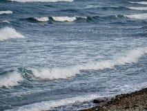 Прибой на скалистом береге стоковое изображение rf