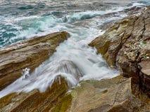 Прибой на скалистом береге стоковая фотография rf