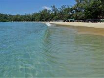 Прибой на тропическом пляже Стоковая Фотография RF