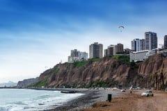 прибой океана на большом городе стоковое фото