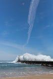 Прибой океана на маяке, Порту, Португалии Природа Стоковое Изображение