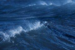 Прибой с ветром в море стоковые изображения rf