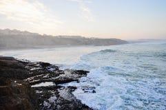 Прибой утра на восходе солнца в океане около больших камней Стоковая Фотография RF