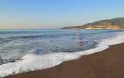 Прибой утра Пенообразные волны песчаного пляжа помытого Средиземным морем стоковая фотография rf