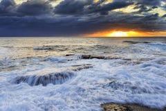 Прибой Maroubra моря над утесами Стоковое Изображение RF