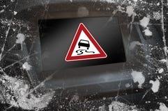 Приборная панель автомобиля с дисплеем показывая знак внимания, скользкий когда влажный стоковые фотографии rf