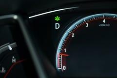 Приборная панель автомобиля с сигналом eco включает и имеет метр мили с ne стоковые фотографии rf