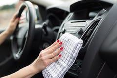 Приборная панель автомобиля чистки женщины стоковые фотографии rf