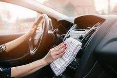 Приборная панель автомобиля чистки женщины стоковое изображение rf