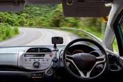 Приборная панель автомобиля быстро проходит пока на кривой дороги управлять автомобиля быстро Стоковая Фотография RF