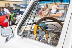 Приборная панель и рулевое колесо ретро автомобиля на avtoarena GAZ21 в Чебоксар Стоковые Изображения