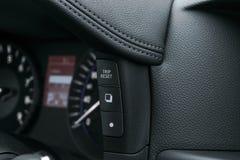 Приборный щиток автомобиля, крупный план приборной панели с видимым спидометром и кнопки отключения современные детали интерьера  Стоковые Изображения