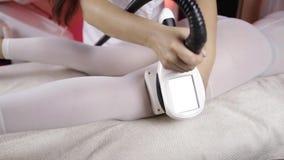 Прибор для извлекать сверхнормальное сало Прибор для уносить массаж LPG Применение прибора к клиенту  сток-видео