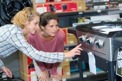 Прибор показа женщины к клиенту стоковое изображение rf