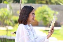 Прибор счастливого планшета удерживания руки девушки хипстера умный социального я стоковые фотографии rf