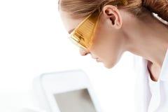 Прибор удаления волос лазера женщины изолированный на белизне Принципиальная схема внимательности кожи Стоковые Изображения
