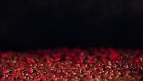Прибор для жарить в духовке кофейных зерен Красный свет сток-видео