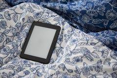 Прибор Ebook с пустым экраном на одеяле Стоковые Фото