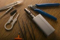 Прибор Vape или электронная сигарета с vaping инструментами и доступом Стоковое Фото