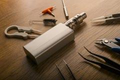 Прибор Vape или электронная сигарета с vaping инструментами и доступом Стоковое Изображение RF