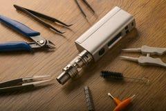Прибор Vape или электронная сигарета с vaping инструментами и доступом Стоковая Фотография