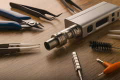 Прибор Vape или электронная сигарета с vaping инструментами и доступом Стоковая Фотография RF