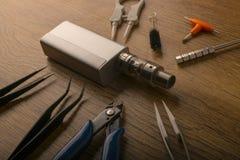 Прибор Vape или электронная сигарета с vaping инструментами и доступом Стоковое фото RF