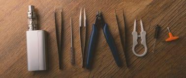 Прибор Vape или электронная сигарета с vaping инструментами и доступом Стоковое Изображение
