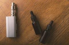 Прибор Vape или электронная сигарета с vaping инструментами и доступом Стоковые Изображения RF