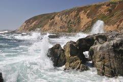 прибрежная авария трясет волны Стоковое Изображение