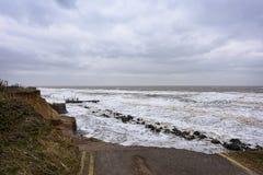 Прибрежная эрозия случаясь во время шторма зимы стоковая фотография rf