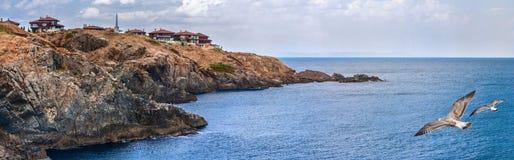 Прибрежное знамя ландшафта, панорама - скалистый seashore с чайками и деревня Sozopolis Стоковые Изображения RF