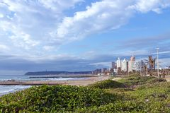 Прибрежное море пляжа вегетации дюны ландшафта против города Skylin Стоковое фото RF