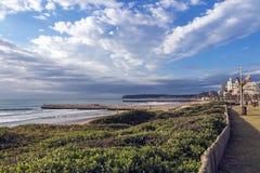 Прибрежное море пляжа вегетации дюны ландшафта против города Skylin Стоковые Изображения