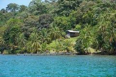 Прибрежное свойство с деревенским домом Панамой стоковая фотография