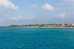 Прибрежные квартиры с зонтиками соломенной крыши Стоковая Фотография RF