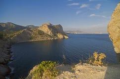 Прибрежные скалы под солнцем вечера Крым Стоковое Изображение