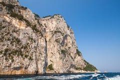 Прибрежные утесы острова Капри, Италии Стоковые Изображения