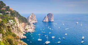 Прибрежный ландшафт с известными утесами острова Капри Стоковое Изображение