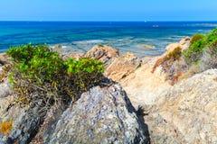 Прибрежный ландшафт с скалистым одичалым пляжем, Корсикой Стоковое Изображение RF