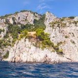 Прибрежный ландшафт с утесами острова Капри Стоковое Изображение